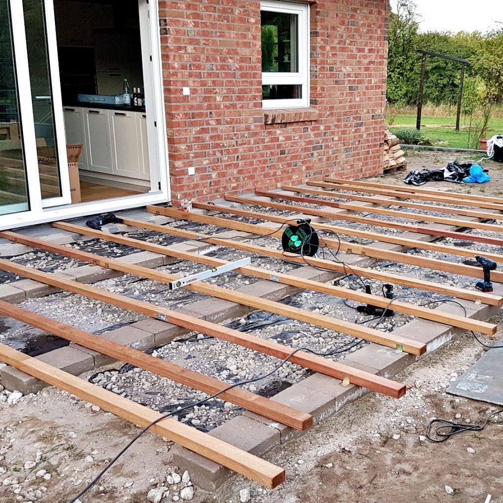 Das Fundament der Unterkonstruktion einer Holzterrasse